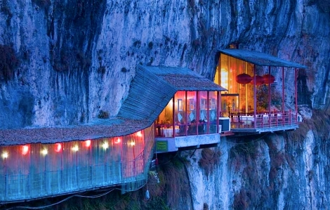 a travel-unusual-restaurant-cave-china